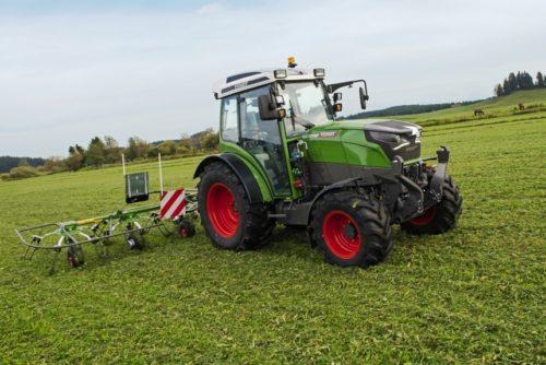 Электрический трактор в поле