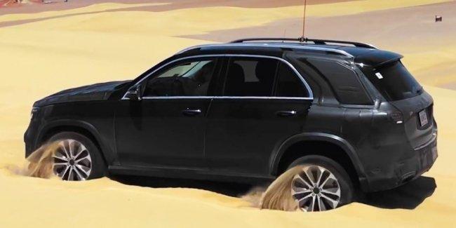 Mercedes-Benz GLE  «прыжками» выбирается из песка