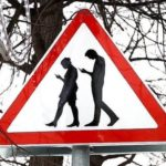 Пешеход со смартфоном — ходячий зомби