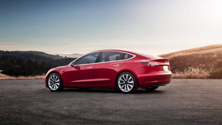 Смартфон и электрокар Tesla