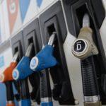 Почему бензин не дешевеет вслед за нефтью, объяснили в правительстве