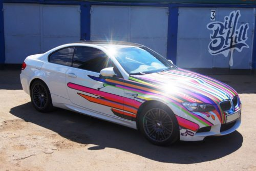 Бумер BMW цвета радуги