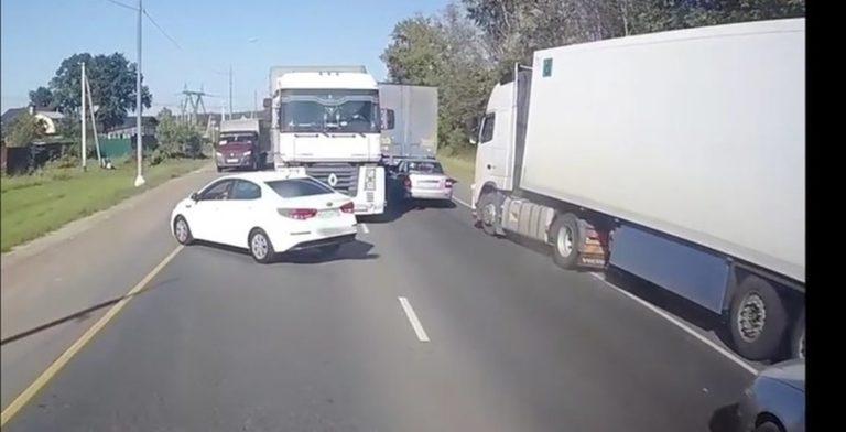 За что дальнобойщики наказывают водителей легковушек