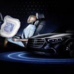 Mercedes создал фронтальные подушки для задних пассажиров