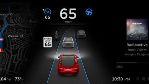 Автопилот Tesla распознает знаки