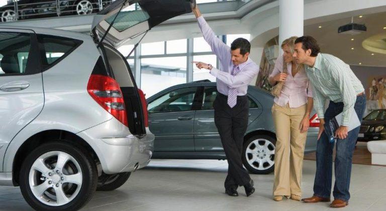 """Крупные автосалоны «разводят» покупателей """"суперскидками"""""""