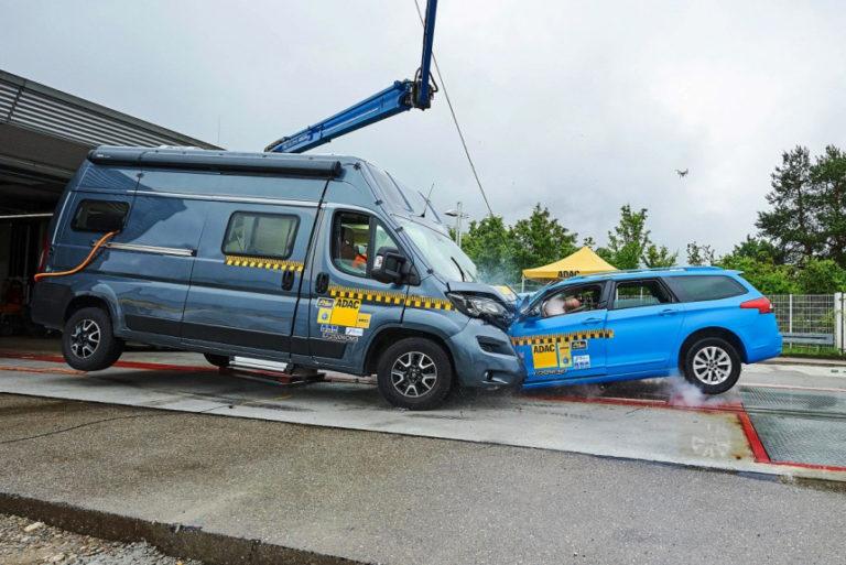 В Германии столкнули автодом и легковушку