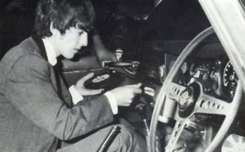 Как слушали виниловые пластинки в автомобиле