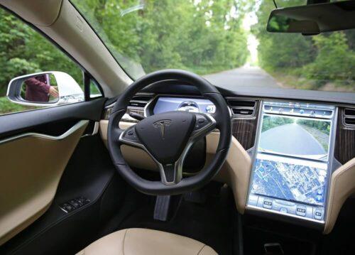 Tesla на автопилоте