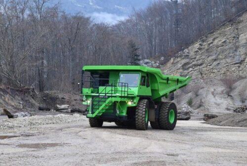Не требующий заправки или подзарядки большой грузовик